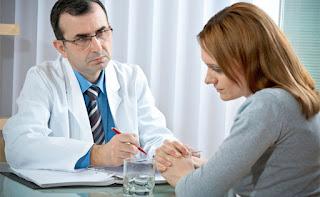 Médico aconselha Gisele a seguir com a gravidez