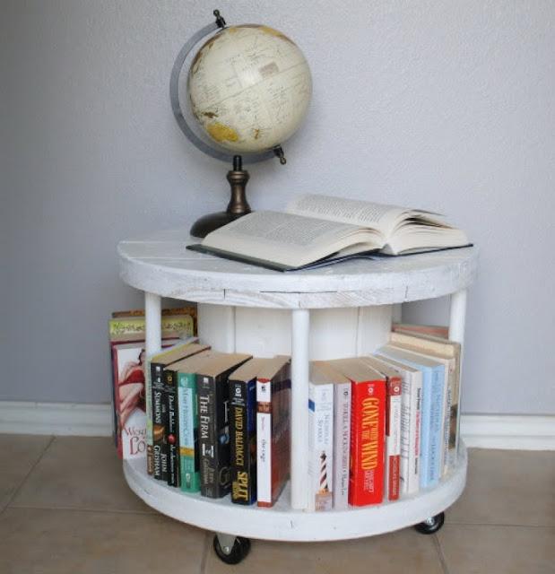 Βιβλιοθήκη-τραπεζάκι από ξύλινο καρούλι καλωδίου