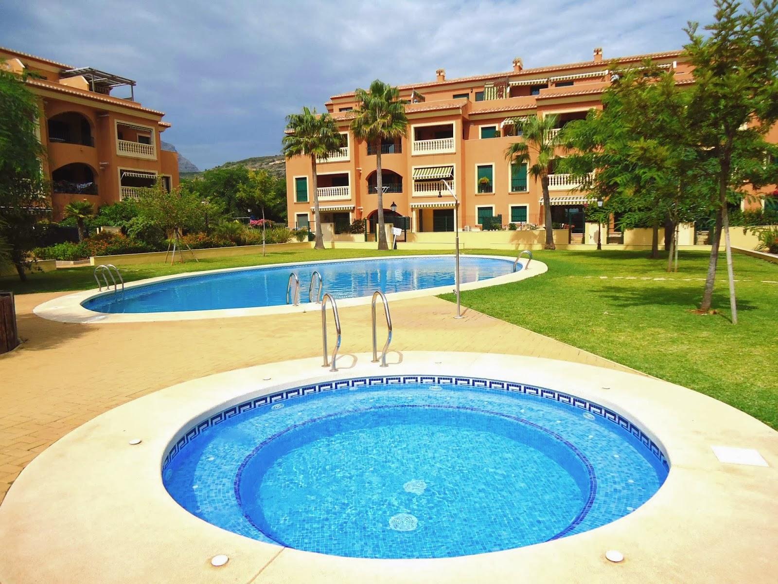 1600x1200 Spain holiday pool desktop PC and Mac wallpaper