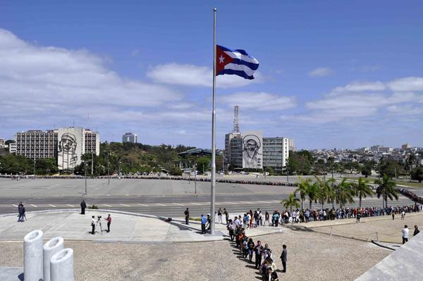 El pueblo de la capital cubana rinde tributo al Comandante Presidente de Venezuela Hugo Rafael Chávez Frías, en el Memorial José Martí, en La Habana, el 7 de marzo de 2013.