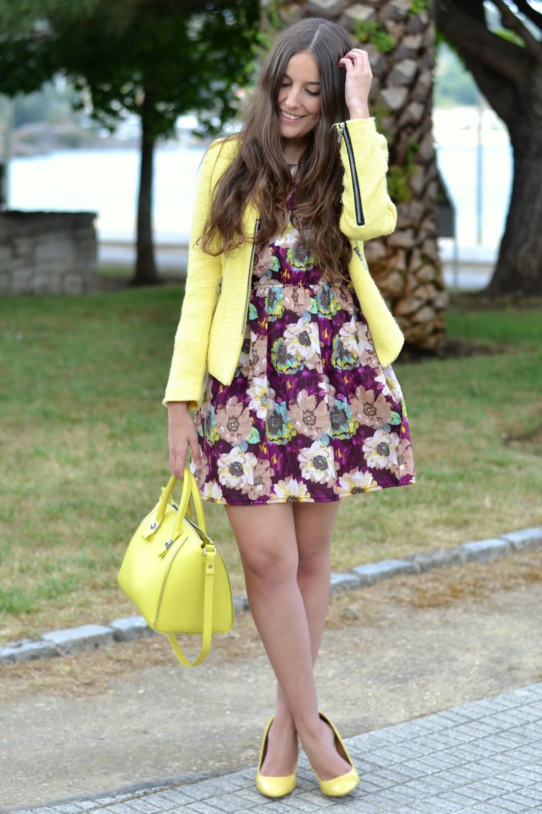 combinar zapatos, bolso y chaqueta amarillos