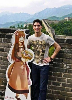 Un hombre recorre China con su novia de cartón.