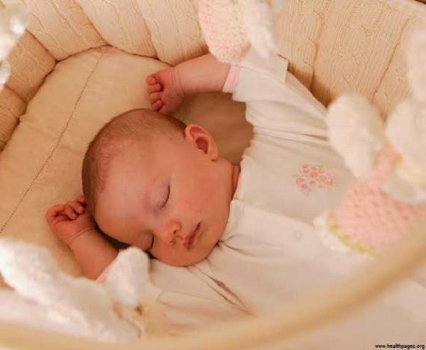 Photo bébé garçon qui dort dans son lit