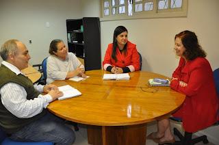 Professores Carlos Alfredo, coordenador de Ciências Biológicas; Edneia Tayt-Sohn, assessora de Desenvolvimento de Projetos Institucionais; Katiuscia Antunes, diretora de Pós-Graduação, Pesquisa e Extensão; e Terezinha Espinosa, coordenadora de Pedagogia discutem o projeto