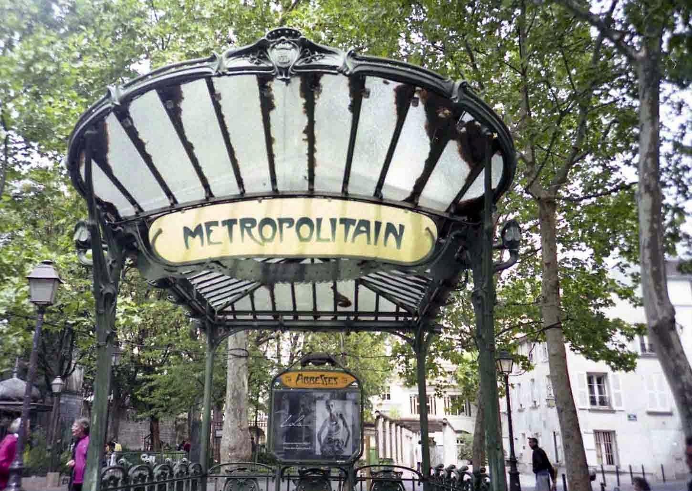 metro Abbesses face au mur des je t'aime à Paris Montmartre