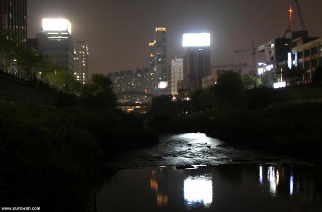 Arroyo Cheonggyecheon de noche