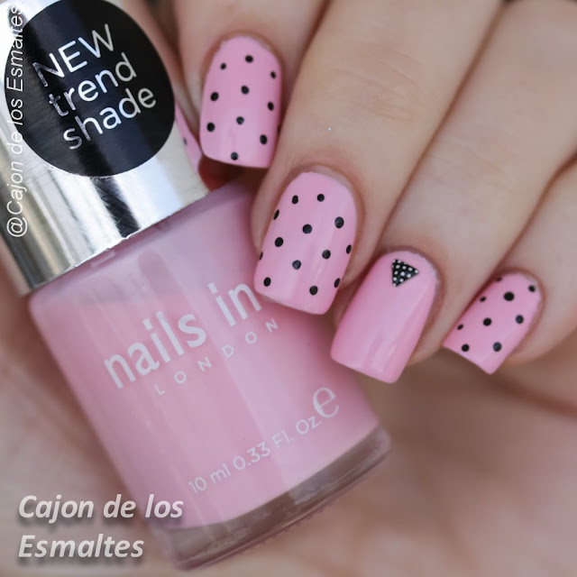 Decoración de uñas con lunares y tachas