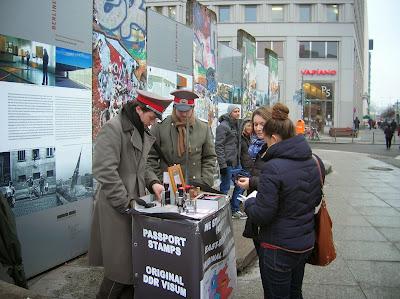 Muro Berlín, salvoconducto,  Berlin, Alemania, round the world, La vuelta al mundo de Asun y Ricardo, mundoporlibre.com