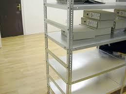 Az irodában elhelyezett egyszerű salgópolc