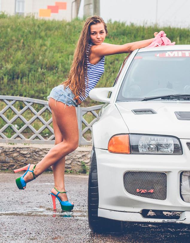 Секс в троём возле машины в поле фото 141-840