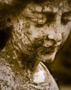 mezarliktaki yipranmis kadin yuzu