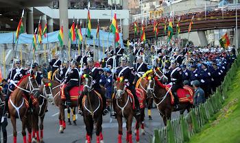 la caballería salió en la marcha nocturna de La Paz recordando el 23 de marzo