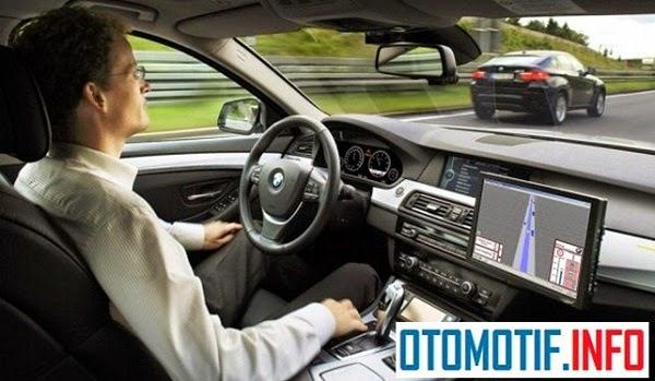 mobil autopilot dengan kata lain mobil tanpa ada sopir, ilustrasi otmotif info
