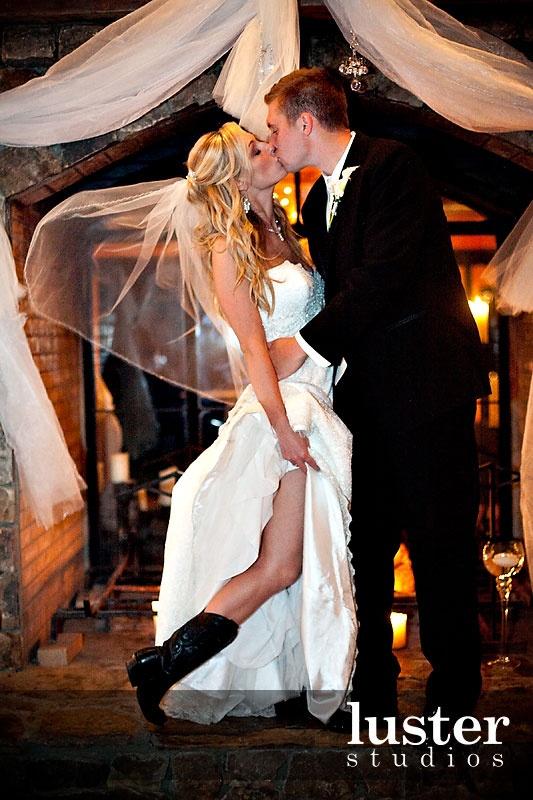Y por último, pero no por ello menos importante, la moda que está causando furor en bodas rústicas ¡botas vaqueras! A mi me encanta esta idea.
