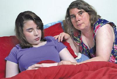 STACEY bersama ibunya terpaksa berdepan banyak masalah, termasuk tanggapan serong orang ramai.