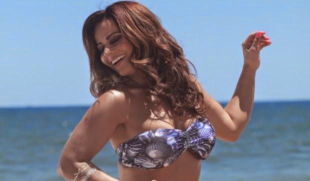 A atriz da novela Império usou uma roupa curtinha no novo clipe do cantor Léo Santana