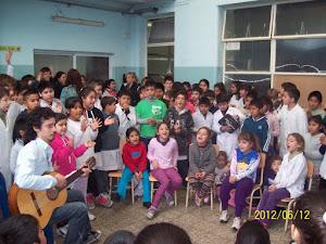 Acto Escolar, alumnos cantando con el profe de música Ignacio