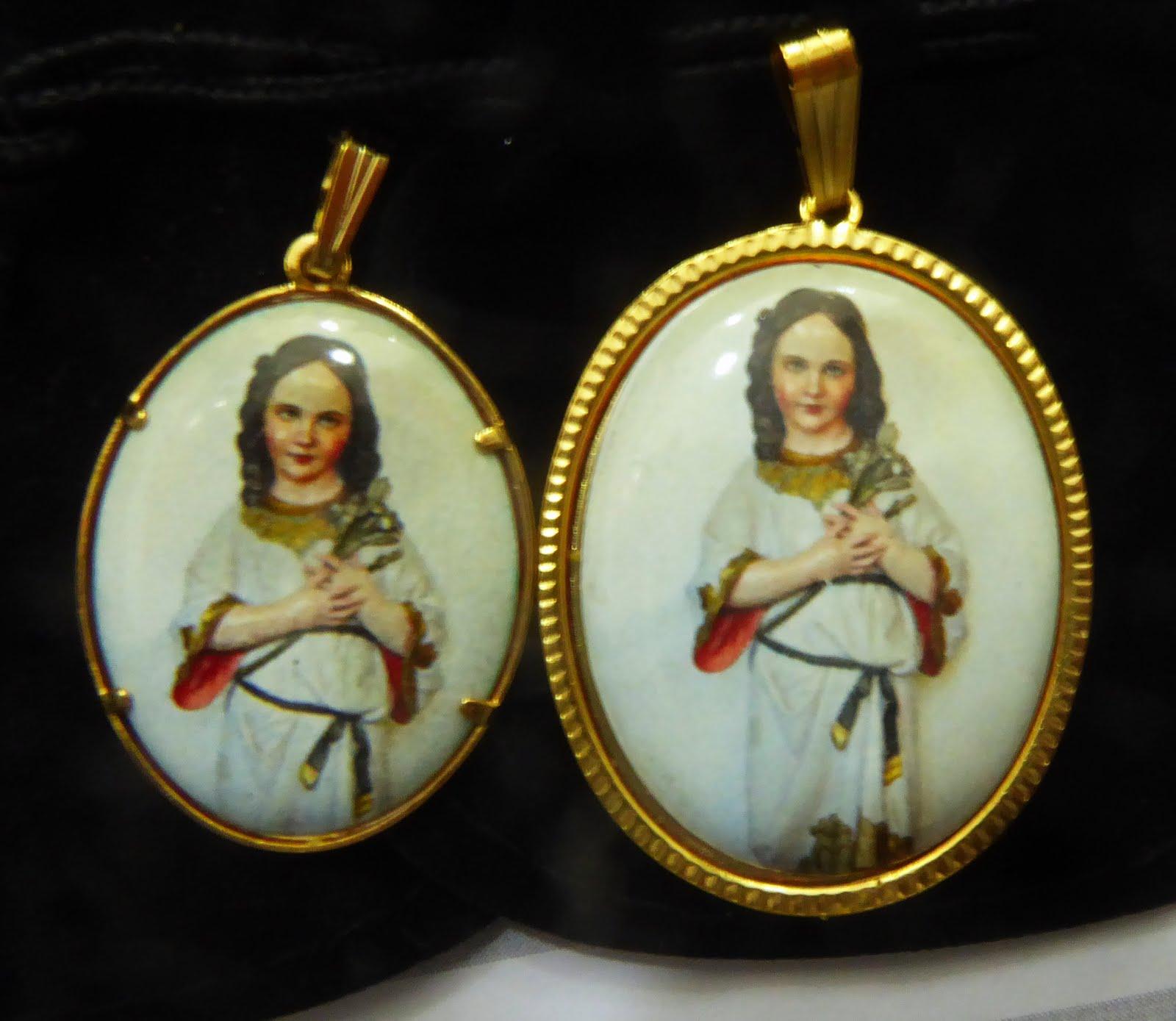 Medalla con la Virgen Niña, esmalte chapado alta calidad
