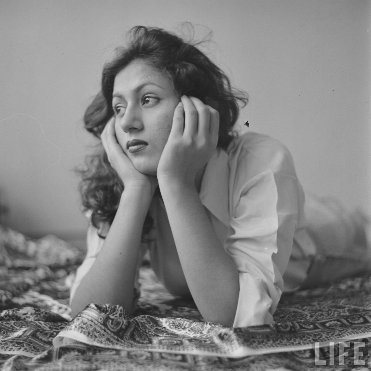 Hindi movie actress madhubala in her room photographed for Old indian actress photos