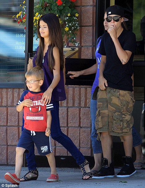 selena gomez and justin bieber on the beach together. pictures Selena Gomez and