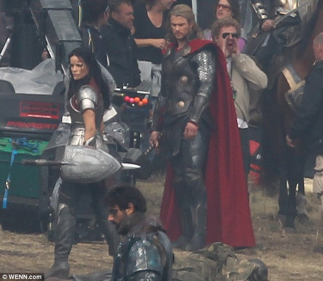 Chris Hemsworth y Jaimie Alexander en el rodaje de Thor: The Dark World