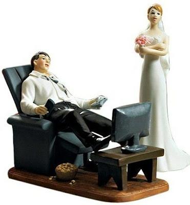 el novio sentado en su sillon