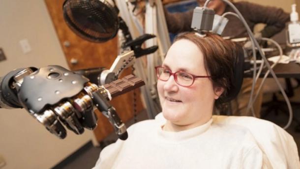 Mulher paralisada pilotou avião com a mente