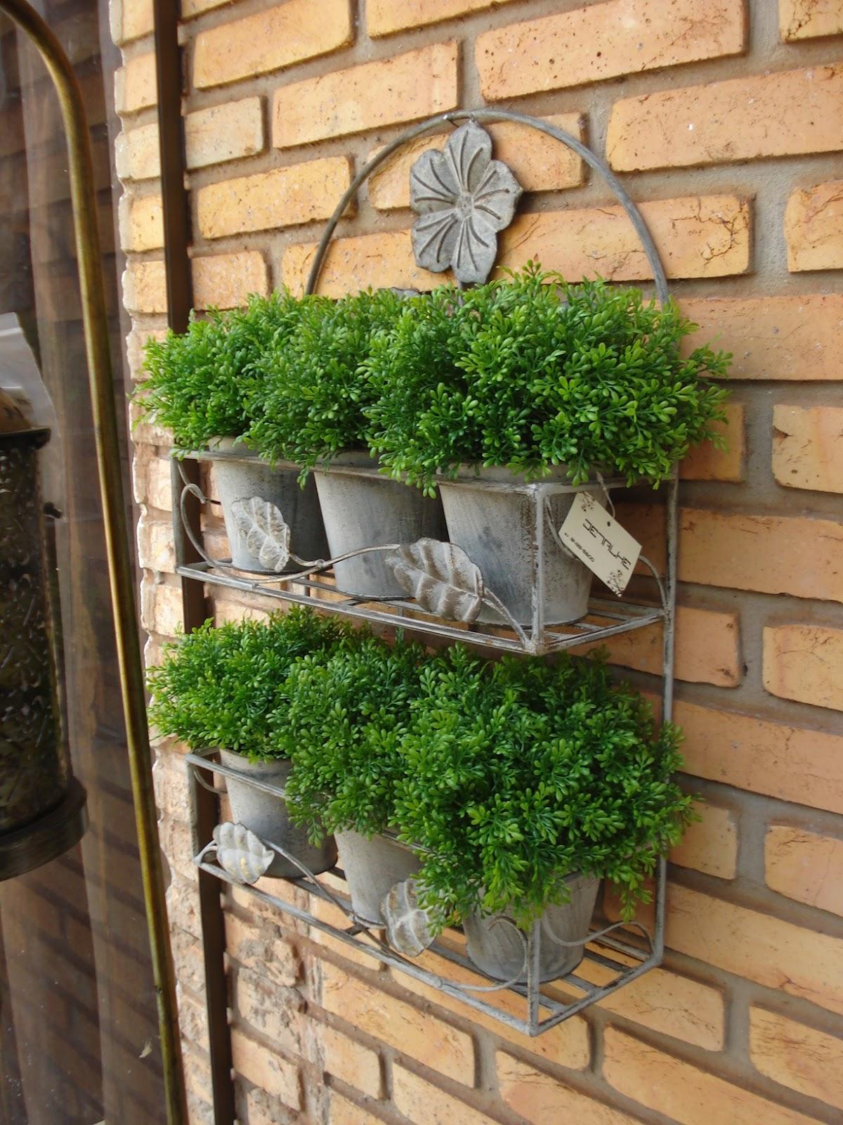#3E691E Janelas descartadas fixas na parede como suporte. Ou floreiras que  566 Janelas Em Arco De Ferro