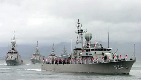 4 Kapal Perang dan Kapal Selam Indonesia Show Force di Perbatasan RI - Malaysia