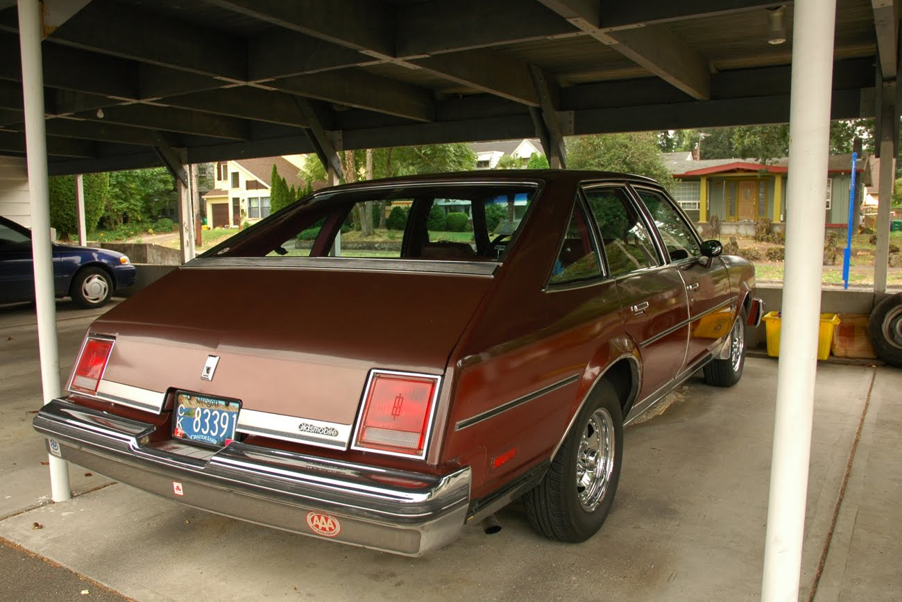 Old parked cars 1979 oldsmobile cutlass salon brougham for 1978 oldsmobile cutlass salon brougham
