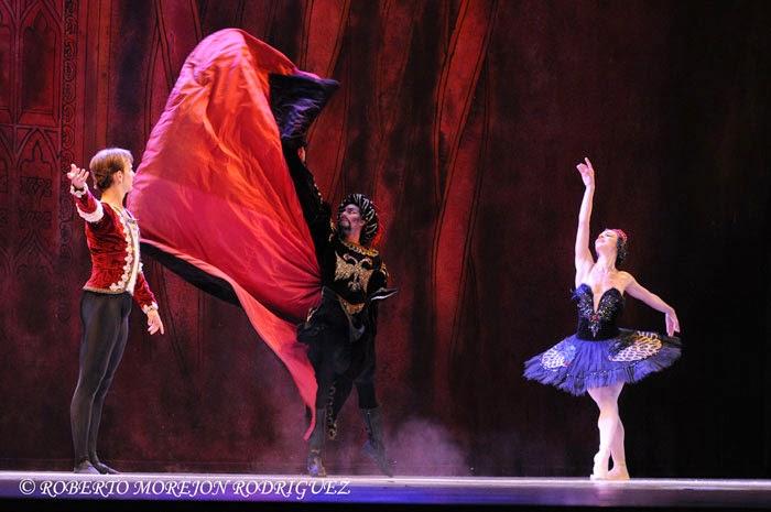 Viengsay Valdés (Odile), Víctor Estévez (Principe Siegfried) y Leandro Pérez (Von Rothbart, el hechicero), interpretan El Cisne Negro, pas de deux del III acto, de El lago de los cisnes, en la Sala Avellaneda del Teatro Nacional, en La Habana
