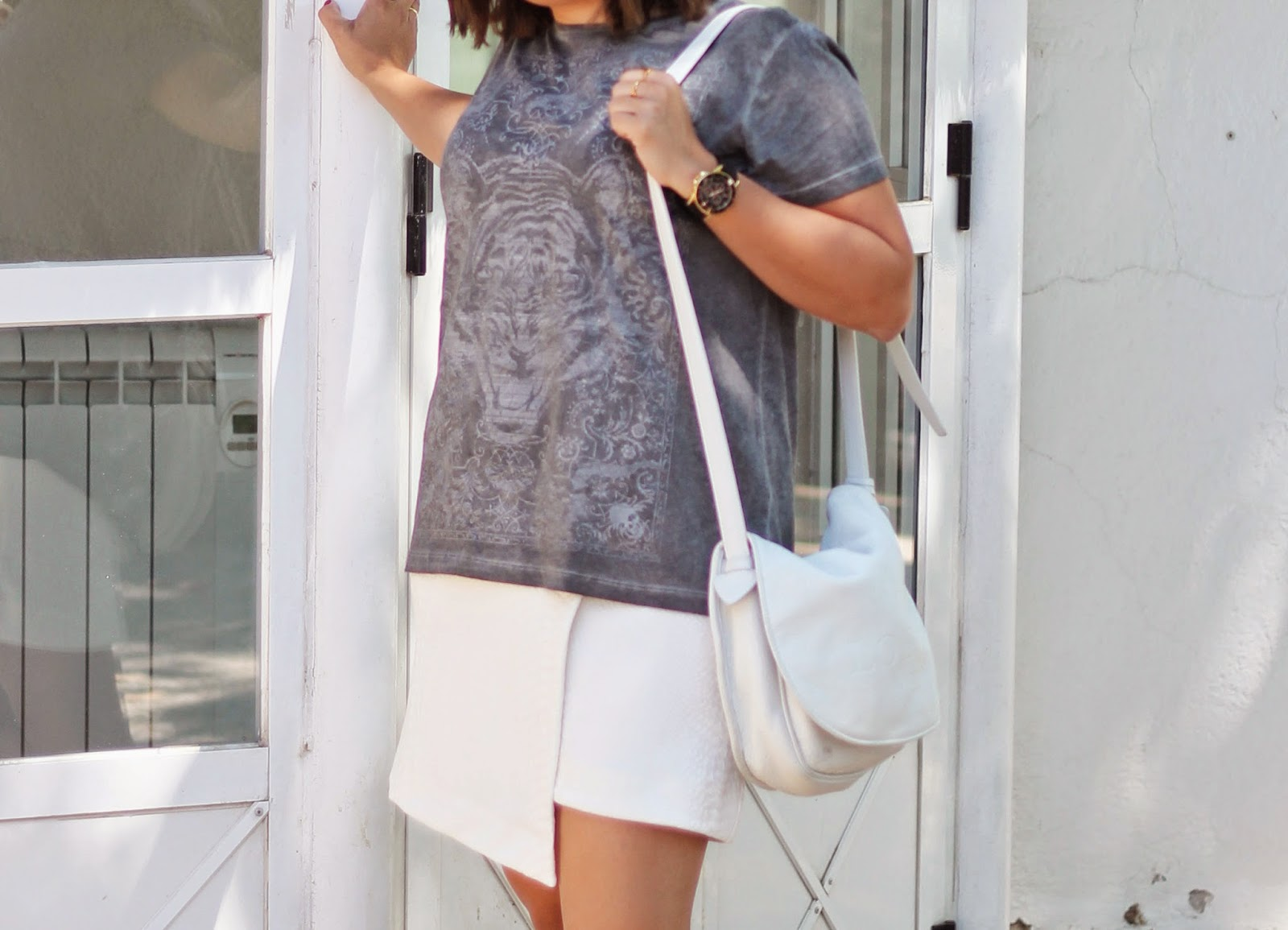 photo-look-street_style_white_skirt-grey_tshirt