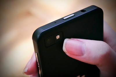 En los modelos anteriores de BlackBerry, Utilizar el zoom digital de la cámara era bastante fácil para acercar la visualización en la pantalla de la cámara al tomar una fotografía lo cual se hacia tocando la tecla del trackpad o las del volumen. Los dispositivos con BlackBerry 10 Lamentablemente, no tienen esa opción, El Trackpad ha desaparecido para siempre, y los botones de volumen son atajos para tomar fotos. Afortunadamente, esto no quiere decir que no tenemos ninguna posibilidad de usar el zoom digital. En BlackBerry 10 para utilizar el Zoom simplemente con dos dedos ábrelos de esquina a esquina,