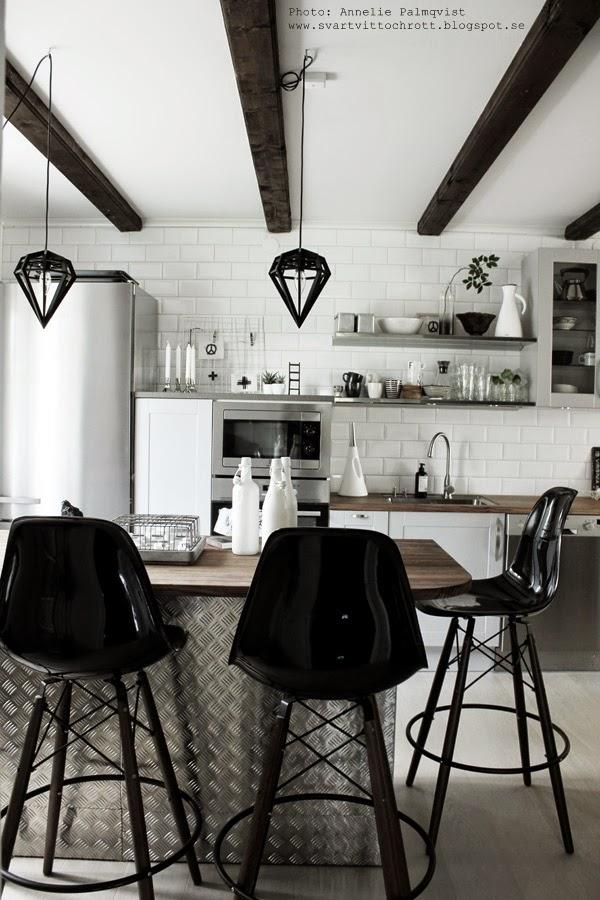 hth kök, köket, industriellt kök, industrial kitchen, barstolar, eames, öppna hyllor i köket, olika nivåer, köksplanering, plåt, vitt och grått, köksdetaljer, porslin, muggar, diy vas,