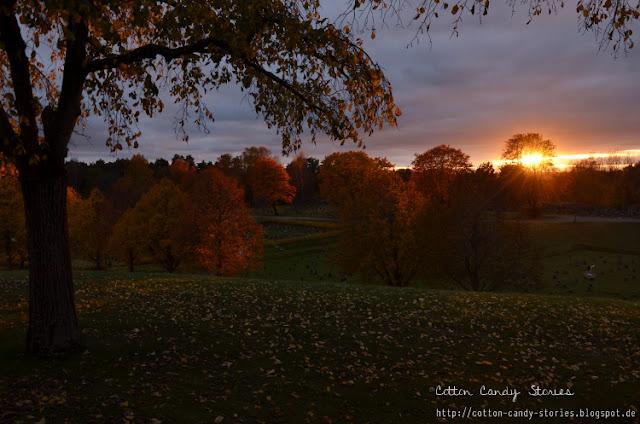 Skogskyrkogården bei Sonnenuntergang