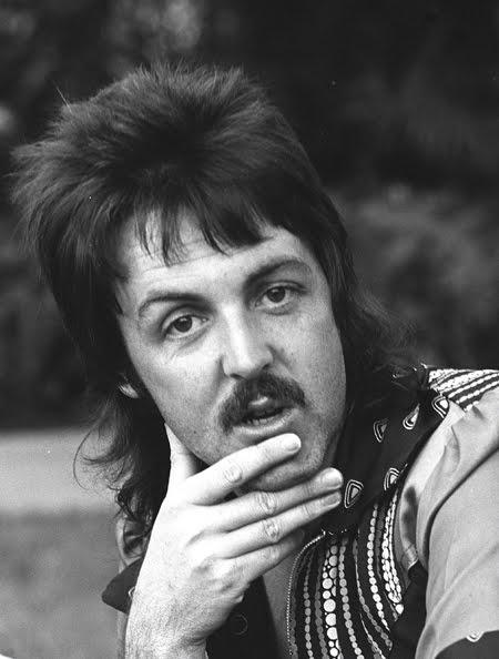 Paul McCartney, 70 anos hoje - bigode e mullets