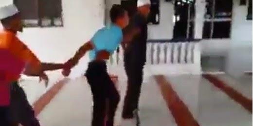 VIDEO Lelaki Kantoi Curi Duit Dalam Tabung Masjid