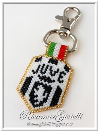 Portachiavi Juventus realizzato in peyote con delica 11/0