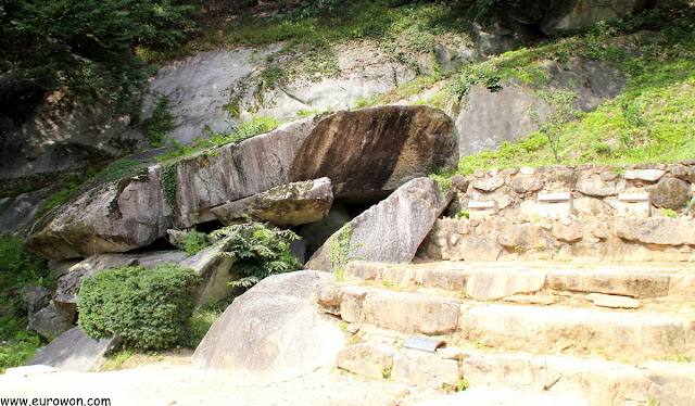 Roca voladora Buseok del templo Buseoksa