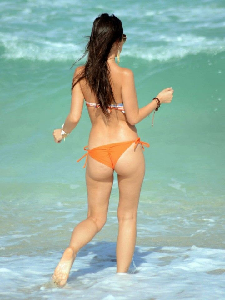 Lisa Oppie bent down to put her body in the sands as she soaked up the sunshine on Thursday,‭ ‬May‭ ‬1,‭ ‬2014‭ ‬at Miami,‭ ‬FL,‭ ‬USA.