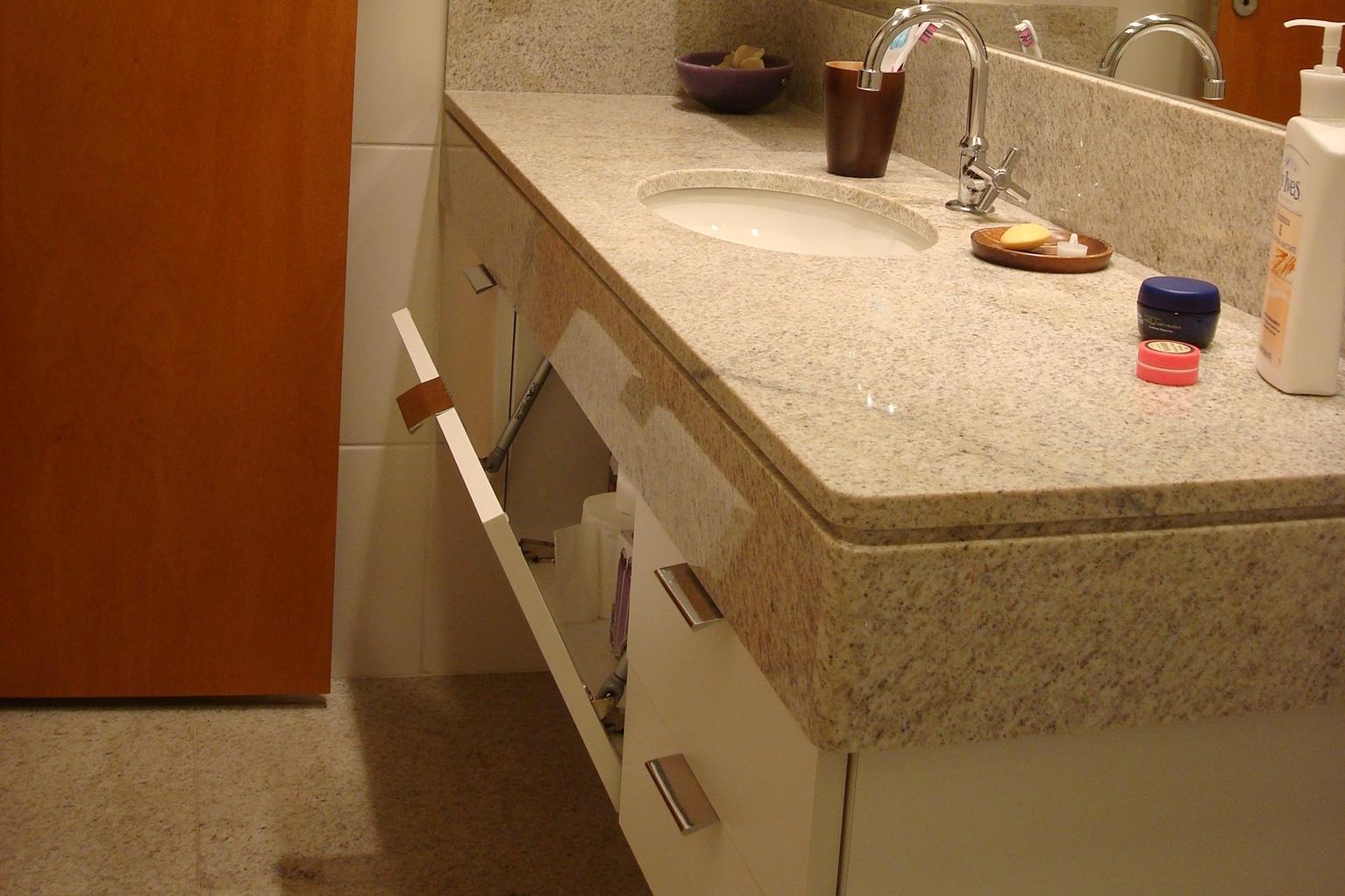 é muito prática de ser utilizada também para colocar a roupa suja #6B3510 1534x1022 Banheiro Branco Suja Muito