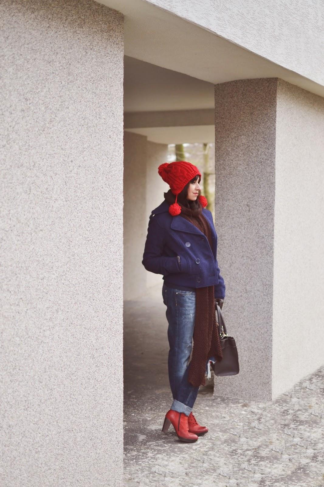 Spontánne versus plánovane_Katharine-fashion is beautiful_Červené pančuchy_Roztrhané džínsy_Červené členkové čižmy_Katarína Jakubčová_fashion blogger