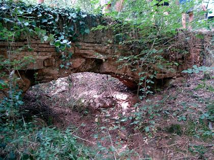 L'aqüeducte del Pont del Rec des de la llera del torrent