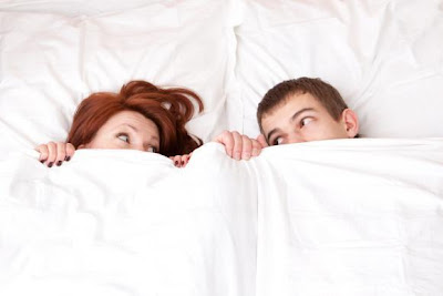 كيف تشجعين زوجك فى ليلة الدخلة وتمتصين توتره - رجل وامرأة فى السرير - man and woman in bed