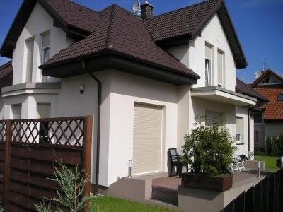 Jaki kolor elewacji do brązowego dachu i białych okien