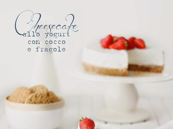 Cheesecake allo yogurt con cocco e fragole