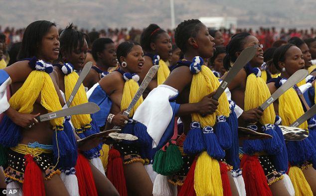 LUDZIDZINI ROYAL VILLAGE, Swaziland (Reuters) - Beribu-ribu wanita ...