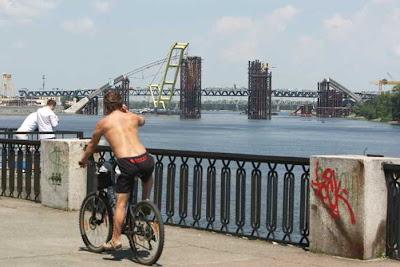 Фото Укринформ: строящийся в Киеве мост