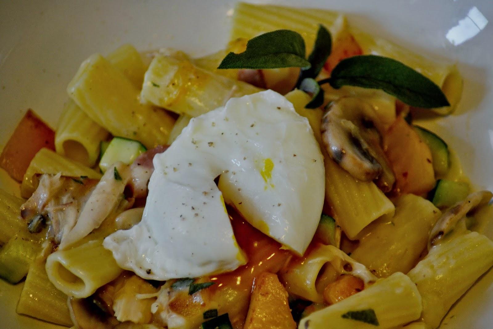 Pasta met champignons, salie, pompoen en gepocheerd ei
