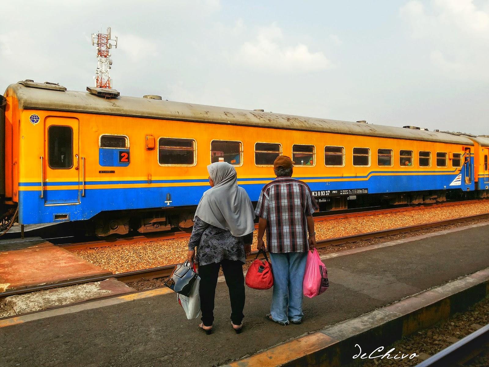 Sepasang suami istri mau naik Kereta Api di Gerbong 2